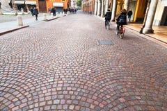 通过一点红-古老街道在摩德纳,意大利 库存图片