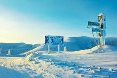 通过上面 冬天 云彩拒绝反映水 kolyma 免版税库存照片