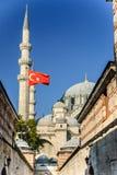 通过与土耳其旗子- Suleymaniye清真寺,伊斯坦布尔,土耳其 免版税库存图片