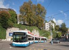 通过中心广场的无轨电车在苏黎世 图库摄影