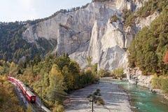 通过乘在晴朗的秋季Ruinaulta的冰川特级列车 免版税库存照片