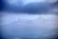 通过云彩看的美好的Machhapuchhre和安纳布尔纳峰范围 库存照片