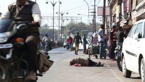 通过人的车和人们睡觉在街道在乔德普尔城 股票视频