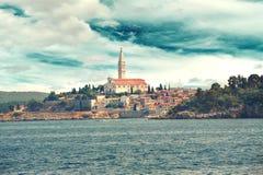 通过从海的欧洲,克罗地亚远航视图市的罗维尼 库存照片