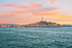 通过从海的欧洲,克罗地亚远航视图市的罗维尼 免版税库存照片