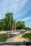 通过低谷水闸的小船在Gota运河在瑞典 库存照片