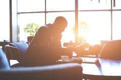 通过使用数字式片剂,男性总经理是分析公司的活动 库存图片