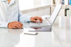 通过使用膝上型计算机,无法认出的人工作 库存照片