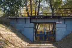 通过入公园区域在有警报信号的一座桥梁下在入口 免版税库存图片