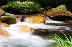 通过加长曝光时间,水被拍摄象云彩 免版税图库摄影