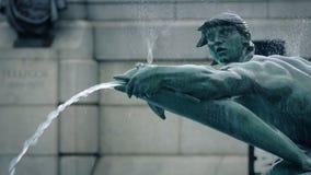 通过喷泉的人步行 影视素材