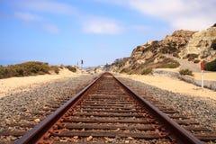通过圣克莱芒特国家海滩跑的火车轨道 免版税库存图片