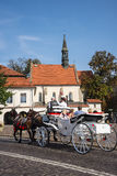 通过圣Giles教会的支架乘驾在克拉科夫波兰 库存照片