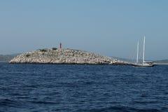 通过在一座红色灯塔-科纳提群岛国家公园前面的小船 免版税库存照片