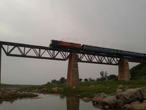 通过在一座老铁桥梁的火车的令人敬畏的看法 库存图片