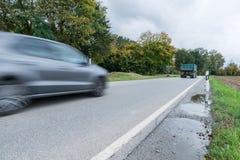 通过在一条国道,德国的汽车 免版税库存照片