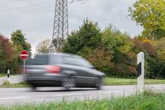 通过在一条国道,德国的汽车 库存图片