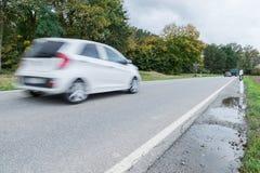 通过在一条国道,德国的汽车 免版税库存图片