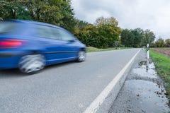 通过在一条国道,德国的汽车 免版税图库摄影