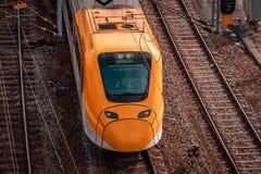 通过在与保留在日程表,斯德哥尔摩瑞典的司机的铁路的火车火车 库存照片