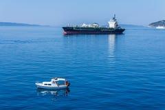 通过在亚得里亚海的货船一条小船 库存照片
