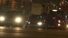 通过在交叉路的汽车,黑小室向左转 影视素材