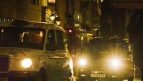 通过在伦敦黑暗的街道上的黑小室  股票视频
