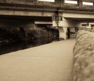 通过在公园的桥梁 库存图片