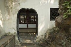 通过在古老墙壁在Yu庭院在上海,中国 库存图片