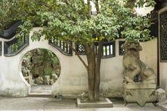 通过在古老墙壁在Yu庭院在上海,中国 图库摄影