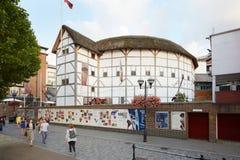 通过在地球剧院附近的人们在伦敦 库存照片