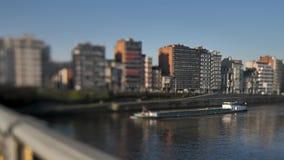 通过在城市的运河驳船 影视素材