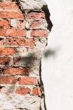 通过在墙壁的一个孔它是可看见的砖 免版税库存照片