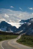 通过在山之下的高速公路 库存照片