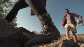 通过在岩石的背包徒步旅行者 影视素材