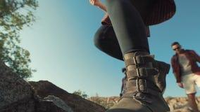 通过在岩石的背包徒步旅行者 股票录像