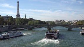 通过在巴黎桥梁,埃佛尔铁塔下的小船在背景中 影视素材