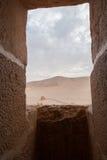 通过在扇叶树头榈,叙利亚的一个堡垒窗口离开看法 免版税图库摄影