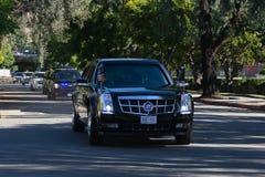 通过在柏本克街道上的巴拉克・奥巴马总统随从  图库摄影