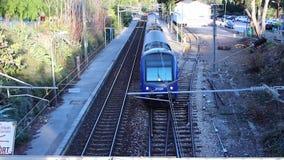 通过在桥梁下的火车 股票录像