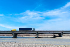 通过在桥梁的卡车和搬运车 免版税库存照片