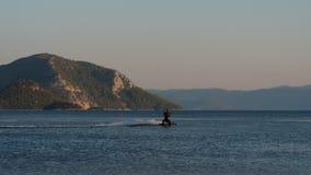 通过在照相机前面的风筝冲浪者 股票录像