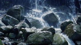 通过在狂放的剧烈的瀑布 影视素材