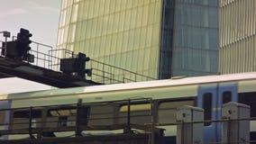 通过在碎片下的火车 股票视频