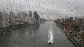 通过在窗口的雨下落 图库摄影
