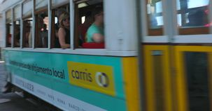 通过在老镇里斯本,葡萄牙的电车 影视素材