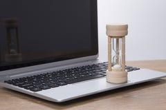 通过在膝上型计算机的一个蛋定时器铺沙赛跑 免版税库存图片