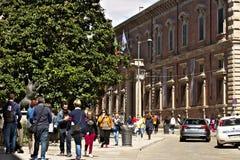 通过在著名美术学院附近的Brera 米兰中心地区  免版税图库摄影