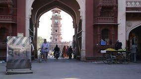 通过在街道下的人们和车形成弧光,有在塔的看法在背景中 影视素材