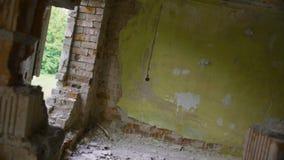 通过在被放弃的大厦墙壁的孔,被转动的观点 股票视频